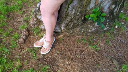 bonus-feet-in-the-grass-sc-09